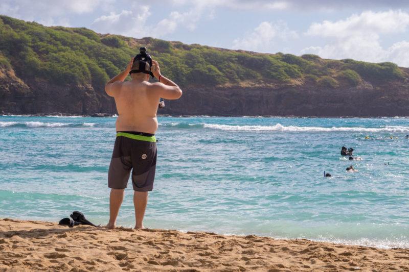 ハナウマ湾でシュノーケリングを始めようとする男性の後ろ姿