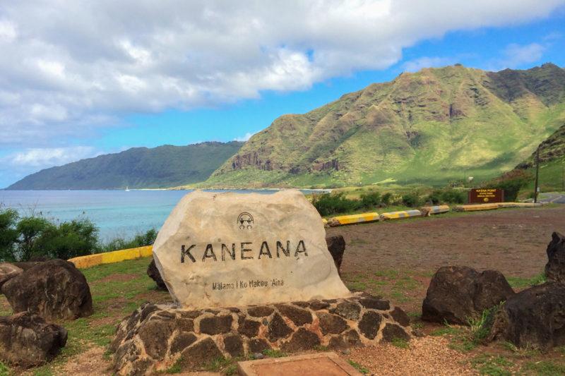 カネアナ洞窟前の駐車スペースにある石碑